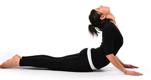 - روی شکم دراز بکشید و پاها را به هم نزدیک کنید، دستان خود را از آرنج خم کنید و خود را روی زاویه راست روی دستها بالا بیاورید.