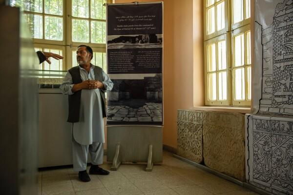 شیرازالدین سیفی٬ متصدی موزیم در کابل٬ در اتاقی اختصاص یافته به لوح های - کیانا هایبری برای نیویورک تایمز