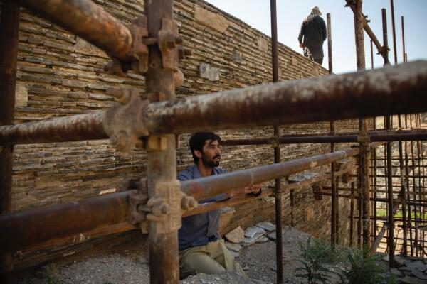 عزیزالدین وفا٬ باستان شناس مسئول تحقیق و حفاری استوپای بودایی تاپدارا٬ در حال نشان دادن منطقه - کیانا هایبری برای نیویورک تایمز