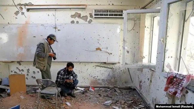 روزنامه نگاران افغان پس از حمله دولت اسلامی به دانشگاه کابل در تاریخ 2 نومبر 2020 در داخل یک کلاس فیلمبرداری می کنند.