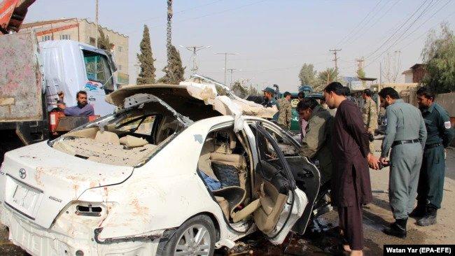 مقامات امنیتی صحنه انفجار در لشکرگاه، مرکز ولایت هلمند را که 12 نومبر ۲۰۲۰ منجر به کشته شدن محمد الیاس داعی، روزنامه نگار رادیو افغانستان آزاد شد، بازرسی میکنند.