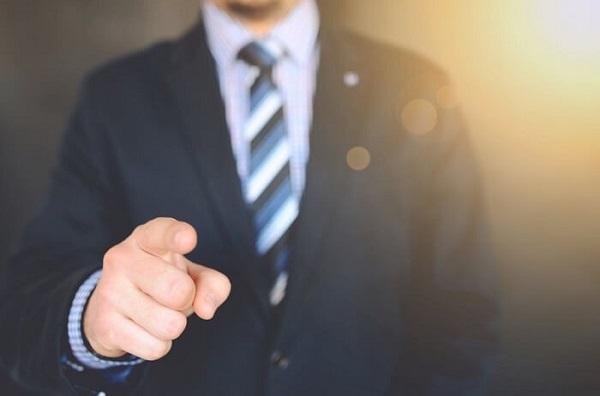 نشانه گرفتن انگشت به سمت طرف مقابل هنگام گفتگو، حرکتی تحکمآمیز است. آدمها معمولا با این کار میخواهند خودشان را با ابهت نشان دهند.