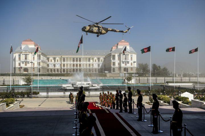 پرواز یک هلی کوپتر نیروی هوایی افغانستان پیش از ورود اشرف غنی رئیس جمهور افغانستان برای معرفی نامزد وزیران در پارلمان در کابل به تاریخ 21 اکتبر 2020.