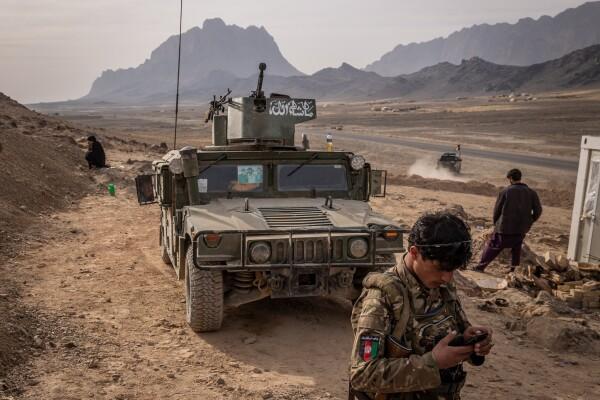 نیروهای امنیتی افغانستان در پاسگاهی در قندهار، در حاشیه ولسوالی پنجوایی، در ماه جنووری. طالبان بسیاری از مناطق را گرفته اند. جیم هویلبروک برای نیویورک تایمز