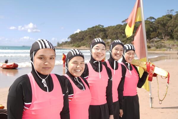 با سفارش بورکینی ویژه برای آنها، مسئله حجاب توسط برنامه چند فرهنگی نجات غریق ویکتوریا حل شد.