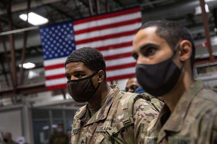 سربازان ارتش آمریکا از لشکر دهم کوهستانی، بعد از 9 ماه استقرار در افغانستان در 8 دسامبر 2020، در فورت درام، نیویارک، به خانه رسیدند.