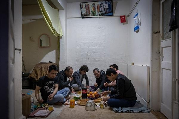 افغانهایی که سالها در پایگاههای آمریکایی در افغانستان کار کردهاند، حالا در هراس دائمی اخراج از این کشور هستند.
