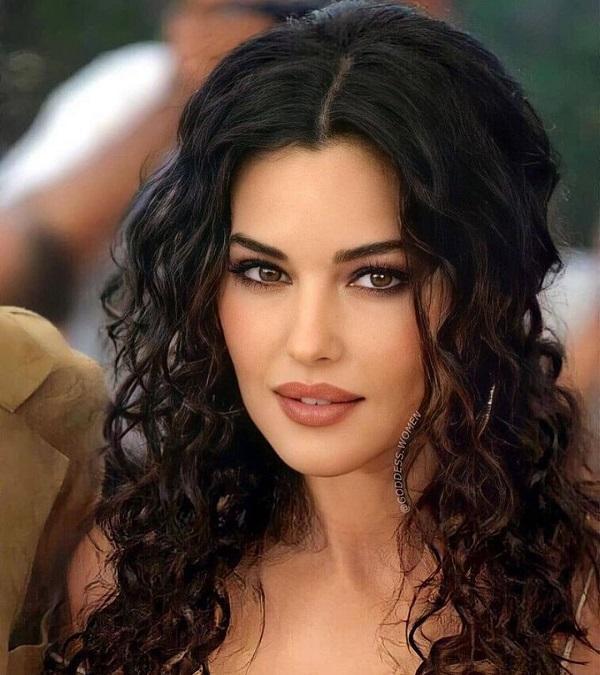 دختران ایتالیایی به خاطر کاریزما و جذابیت مدیترانهای خود و خوشلباس بودن معروف هستند.