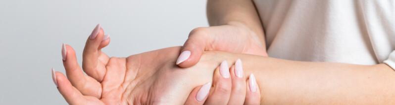دلایل بی حس شدن دست ها: ۱۷ بیماری و اختلال که علت بی حسی دست ها هستند