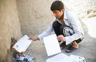 دروازه های بسته؛ پس از ۳۰ بار درخواست شغل، کوشا مدارک تحصیلی اش را آتش زد