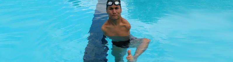 ۳مین مدال طلای اعجوبه شنای افغانستان؛ عباس کریمی شناگر ۱۸ساله معلول افغانستان کیست؟