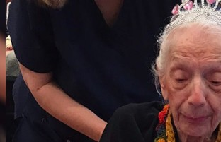 زن ۱۰۱ ساله که در پاندمی ۱۹۱۸ به دنیا آمده است، کرونا را شکست داد