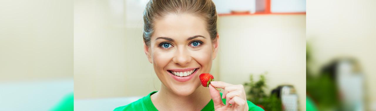 ۷ ماده غذایی که دندان ها را سفید می کند
