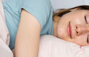 ۶ دلیل که خوابیدن روی پهلوی چپ برای سلامتی خوب است
