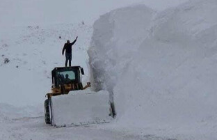 برف باری سنگین در افغانستان؛ مسیرهای ارتباطی چهار ولایت مرکزی و شاهراه سالنگ بر روی ترافیک مسدود است