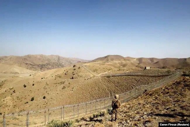 یک سرباز در امتداد حصار مرزی، بیرون از پاسگاه کیتون در مرز با افغانستان در وزیرستان شمالی نگهبانی می دهد.