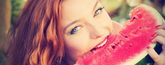 ۱۵ برترین مواد غذایی خنک کننده در تابستان که باید در برنامه غذایی تان بگنجانید
