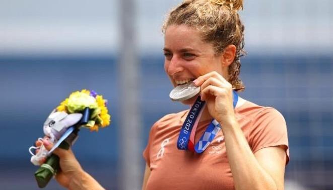 چرا قهرمانهای المپیک مدالهای خود را گاز میگیرند؟