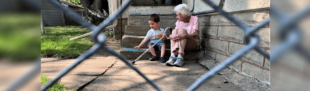 دوستی غیرعادی پیرزن ۹۹ ساله و پسربچه ۲ ساله در بحبوحه همهگیری کرونا